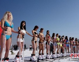 Mặc bikini trượt tuyết giữa trời lạnh giá