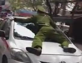 """Clip """"Taxi tông cảnh sát"""" nổi bật nhất Internet tuần qua"""