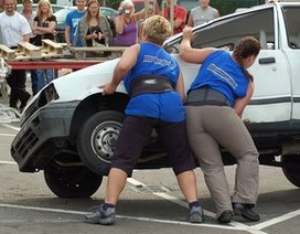 Người đi đường chung sức nâng ô tô cứu người