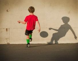 Cha mẹ bị bắt vì để con trai... chơi một mình ngoài sân