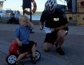 Cậu bé 3 tuổi nhận giấy phạt từ cảnh sát vì... đậu xe sai quy định
