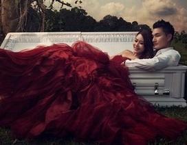 Cặp đôi chụp ảnh cưới bên cạnh... quan tài