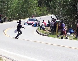 Thót tim khoảnh khắc khán giả chạy băng qua trước mũi xe đua