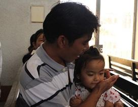 Bố mẹ tự vẫn, bé gái 5 tuổi đến dự tòa
