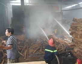 """""""Bà hỏa"""" ghé lò sấy gỗ, nhiều khối gỗ bị nướng cháy"""