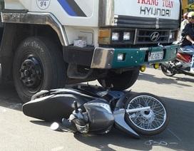 Một phụ nữ may mắn thoát chết dưới gầm xe tải