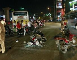 Hà Nội: Xe máy tông xe buýt, 2 người nhập viện
