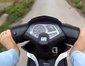 Nam thanh niên lái xe bằng chân, tự quay clip