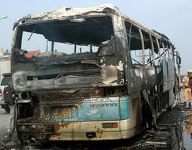 Hà Nội: Xe khách cỡ lớn bốc cháy ngùn ngụt ở đường trên cao