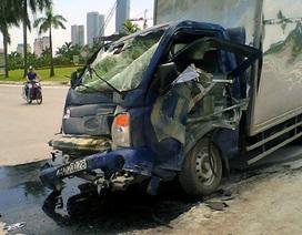 Hà Nội: Xe tải nát bét đầu vì đâm vào sườn xe buýt