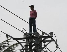"""""""Giải cứu"""" một phụ nữ trèo lên đỉnh cột điện cao thế"""