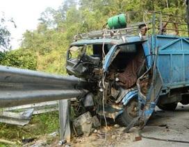 Lao khỏi cabin xe tải mất phanh, 3 người thoát chết