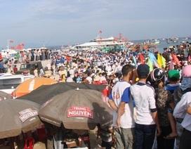 Du khách ùn ùn rời đảo Lý Sơn, tàu cao tốc quá tải