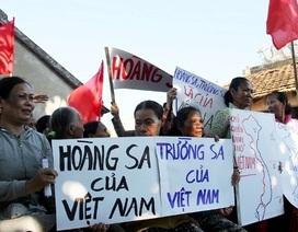 Những người vợ ngư dân giăng biểu ngữ phản đối Trung Quốc