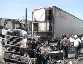 Xe container chở sữa chua bốc cháy dữ dội