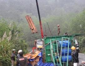 Tắc đường 17 tiếng trên đèo do lật thùng xe chở gỗ