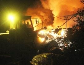 Huy động cả xe ủi dập đám cháy cực lớn trong đêm