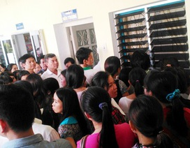 Hàng ngàn phụ huynh chen chúc chờ nộp đơn cho con học mầm non