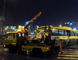 Ngã tư Hàng Xanh lại kẹt cứng vì xe buýt chắn ngang đường