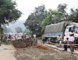 Xe tải sa lầy, hàng trăm xe ùn ứ trên quốc lộ