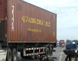 Xe container đâm nát 2 xe máy, 3 người thoát chết