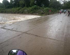 Mất tích khi cố đi xe máy vượt ngầm nước lũ
