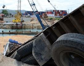 Xe tải lao thẳng xuống hố sâu 5m