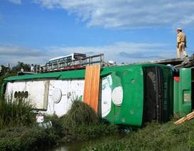 Xe khách lao khỏi cầu, 2 người chết, 15 người bị thương