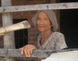 """Cụ bà 82 tuổi bị 8 con """"nuôi nhốt""""?"""