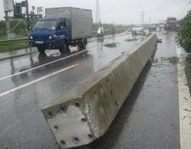 Xe mất lái, hàng chục tấn bê tông nhào xuống đường