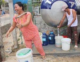 """Dân xã đảo nô nức đi mua """"nước sạch siêu rẻ"""""""