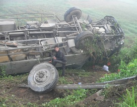 Xe tải lao thẳng xuống vực, 3 người thoát chết may mắn