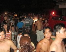 Náo loạn vì cháy sát chợ Xóm Củi