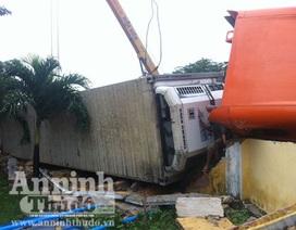 Tài xế ngủ gật, xe container... đâm sập tường trường học