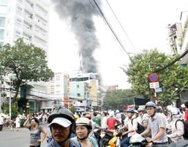 Cháy lớn 3 căn nhà giữa thành phố, 4 người bị bỏng