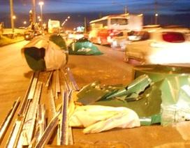 Hoảng loạn vì hàng chục tấn sắt cuộn rơi xuống đường