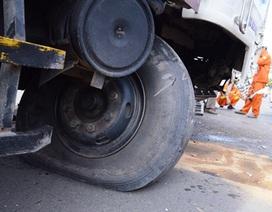 Xe tải nổ lốp ủi bay hàng chục mét dải phân cách
