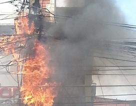 Cột điện cháy lớn, hàng trăm người… đứng nhìn
