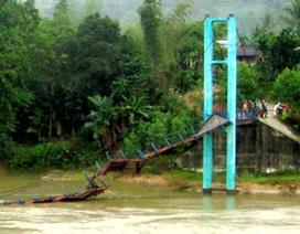 Đứt cầu, hàng chục người rơi xuống nước lũ