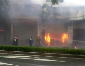 Cháy lớn sát cây xăng giữa lúc bão đổ bộ