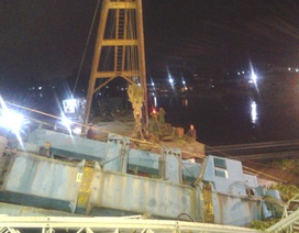 Cận cảnh trục vớt xe tải 60 tấn trong đêm tối
