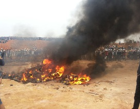 Hàng ngàn công nhân tấn công, đốt nhà bảo vệ, 4 người bị thương