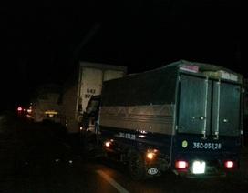 Quốc lộ ùn tắc kéo dài giữa đêm khuya