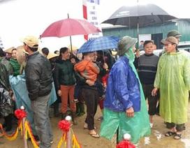 Người dân đội mưa háo hức dự lễ khởi công xây cầu Khe Ang