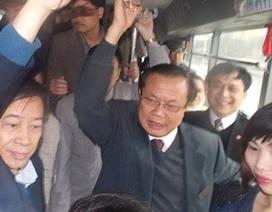 """Bí thư Hà Nội """"vi hành"""" xe buýt"""