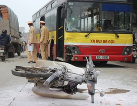 Xe máy bốc cháy sau khi tông xe buýt, 2 người nguy kịch