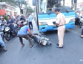 Xe buýt tông xe máy, một người nguy kịch