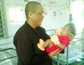 Trẻ sơ sinh bị bỏ rơi trước cổng chùa