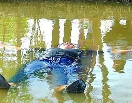 Chàng trai 120kg tự nổi trên sông