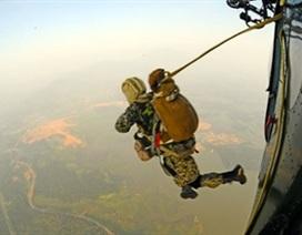 Đặc công huấn luyện nhảy dù chống khủng bố